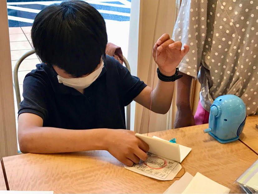 手製本ワークショップ糸かがりをしているところ