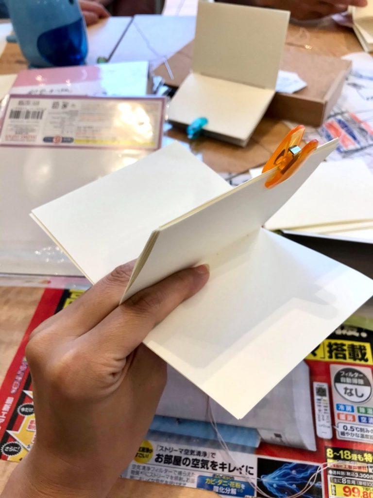 手製本ワークショップ本文をクリップで挟んでいるところ