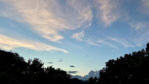 秋にさしかかった夕方の空