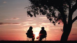 夕日を見ながら話している人